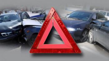 Аварийный треугольник на фоне дтп