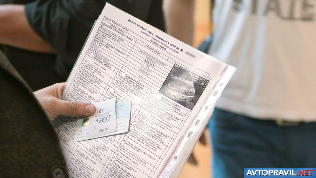 Мужчина, держащий документы и водительские права