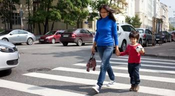 женщина с ребенком на пешеходном переходе
