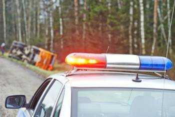 полиция едет к месту аварии